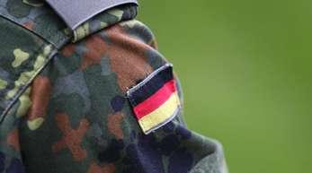 Uniform eines Soldaten (Illustration): Franco A. steht im Verdacht, Anschläge auf Politiker geplant zu haben.