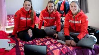 Die deutschen Skeleton-Athletinnen Anna Fernstaedt, Jacqueline Loelling und Tina Herrmann (l-r) in ihrem Zimmer im olympischen Dorf.