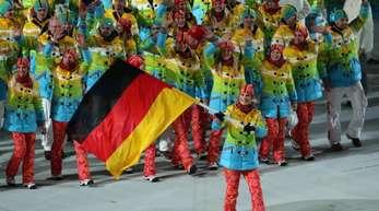 Bei ihrem letzten Olympia-Start genießt Maria Höfl-Riesch 2014 den Einmarsch in Sotschi als Fahnenträgerin.