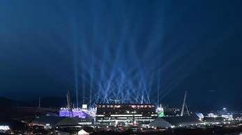 Das olympische Alpensia-Stadion ist hell erleuchtet.