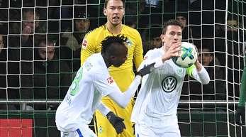 Wolfsburgs Paul Verhaegh hält nach seinem Treffer im Spiel bei Werder Bremen den Ball in der Hand.