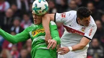 Duell zwischen VfB-Spieler Mario Gomez (r) und Jannik Vestergaard. Die Stuttgarter haben sich in dem Spiel mit 1:0 durchgesetzt.