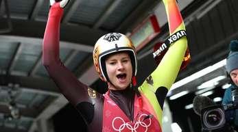 Rodlerin Dajana Eitberger aus Deutschland freut sich im Zielbereich über die Silbermedaille in Pyenogchang.