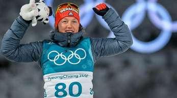 Biathlon-Star Laura Dahlmeier jubelt über ihren dritten Platz im Einzelrennen.