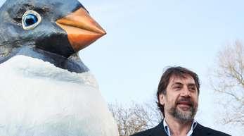 Oscar-Preisträger Javier Bardem neben einem übergroßen Pinguin.
