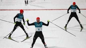 Johannes Rydzek (M.) gewann vor Fabian Rießle (l) und Eric Frenzel.