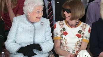 Königin Elizabeth II. und Modepäpstin Anna Wintour (r) auf der London Fashion Week.