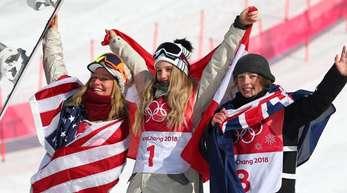 Anna Gasser (M) aus Österreich siegte vor Jamie Anderson (l) aus den USA und der Neuseeländerin Sadowski Synnott.
