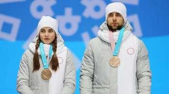 Alexander Kruschelnizki (r) hatte mit Anastassija Brysgalowa Bronze beim Curling-Mixed für das Team «Olympische Athleten aus Russland» gewonnen.
