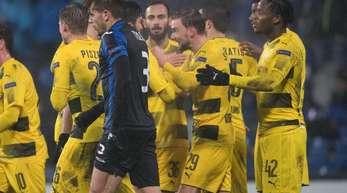 Die Dortmunder feiern den Ausgleichstreffer von Marcel Schmelzer.