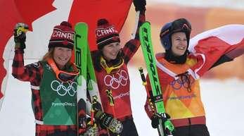 Doppelerfolg für Kanada: Kelsey Serwa (M.) gewann vor Brittany Phelan (l). Dritte wurde Fanny Smith aus der Schweiz.