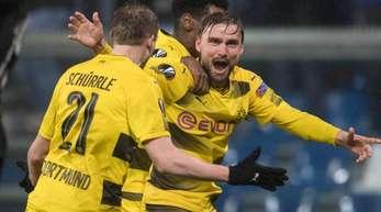 Marcel Schmelzer (r) schoss die Dortmunder in die nächste Runde.