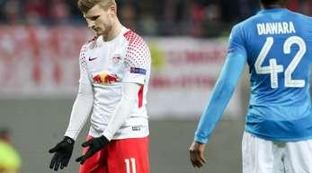 Leipzigs Nationalspieler Timo Werner (l) hadert nach einem Fehlpass mit sich selber.