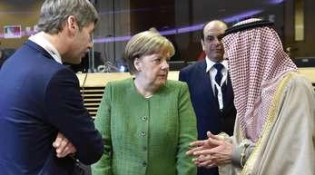Bundeskanzlerin Angela Merkel (M) spricht mit Adel al-Jubeir (r), Außenminister von Saudi-Arabien, bei einem Runden Tisch des EU-Sahel-Treffens.