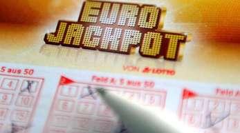 Kreuzchen auf dem Eurojackpot-Schein notieren und gewinnen - mit ziemlich viel Glück.