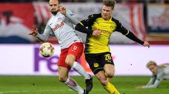 Andreas Ulmer vom FC Salzburg (l) und BVB-Spieler Lukasz Piszczek im Zweikampf um den Ball.