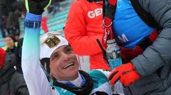 Biathlet Martin Fleig jubelt über den Gewinn der Goldmedaille.