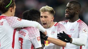 Leipzigs Spieler um Kevin Kampl (M) freuen sich über den zwischenzeitlichen Ausgleich gegen den FC Bayern.