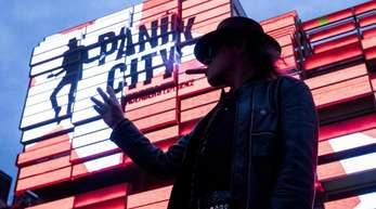 Udo Lindenberg vor der multimedialen Erlebniswelt «Panik City».