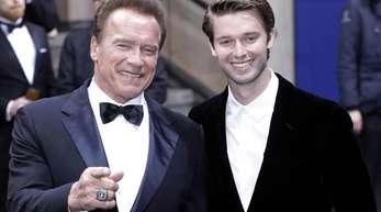 """Arnold Schwarzenegger und sein Sohn Patrick 2017 bei der """"GQ Men of the year""""-Gala."""