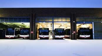 Abgestellte Busse im Bus-Depot der DSW21 inDortmund. Verdi startet eine erste große Warnstreikwelle in Öffentlichen Dienst in Nordrhein-Westfalen.