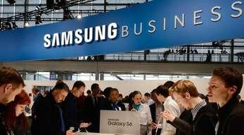 Auf der CeBIT in Hanover informieren sich Besucher am Stand von Samsung.