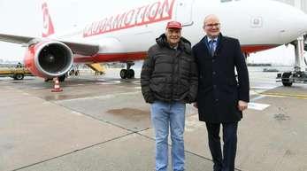 Laudamotion-Besitzer Niki Lauda (r) und Julian Jäger, Vorstand Flughafen Wien AG, nach einem Testflug nach Düsseldorf.