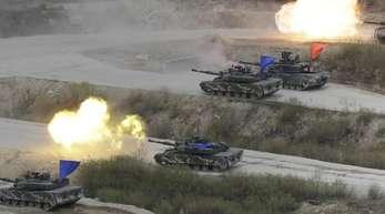 Südkoreanische und US-amerikanische Panzer bei einem Manöver auf dem Seungjin Fire Training Field in Pocheon nahe der nordkoreanischen Grenze.