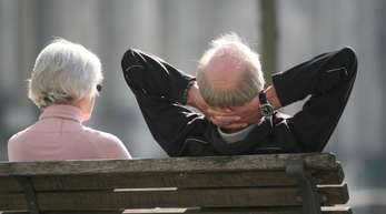Ein Rentnerpaar sonnt sich auf einer Bank in Berlin. Die Renten in Deutschland sollen Mitte des Jahres um 3,2 Prozent im Westen und 3,4 Prozent im Osten steigen.