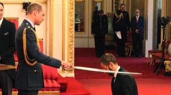 Ex-Beatle Ringo Starr (r) wurde von Prinz William imBuckingham-Palast zum Ritter geschlagen.
