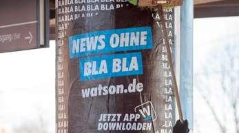 """Ein Werbeplakat für das Portal """"watson.de"""", das Nachrichten ohne """"Blabla"""" verspricht."""