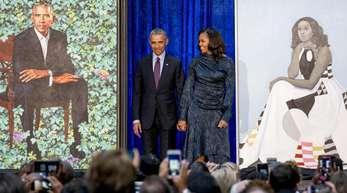 Barack Obama und seine Frau Michelle Obama nach der Enthüllung ihrer offiziellen Porträts in der National Portrait Gallery.