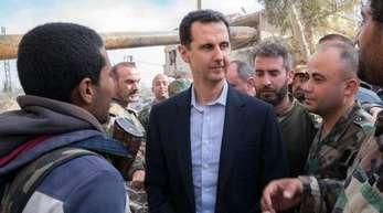 Baschar al-Assad, der Präsident von Syrien, besucht die syrischen Regierungstruppen in Ost-Ghuta. Ost-Ghuta grenzt an die Hauptstadt Damaskus.