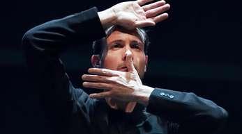 Eric Gauthier, Tänzer und Leiter der Companie Gauthier Dance, verabschiedet sich.