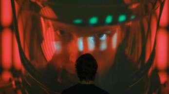 """Eine Filmsequenz in der Ausstellung """"Kubricks 2001. 50 Jahre A Space Odyssey"""" im Deutschen Filmmuseum."""