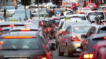 Autostau in Düsseldorf. Verbrennungsmotoren, so Merkel, würden auf absehbare Zeit noch als «Brückentechnologie» gebraucht, die Zukunft aber gehöre alternativen Antrieben.