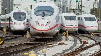 ICE-Züge stehen am Hauptbahnhof in Frankfurt am Main. Die Deutsche Bahn hat im vergangenen Jahr einen Rekordumsatz von 42,7 Milliarden Euro erwirtschaftet.