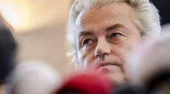 Der niederländische Rechtspopulist Geert Wilders gibt eine Pressekonferenz.