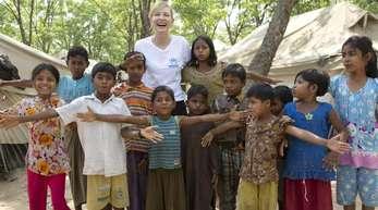 Die australische Schauspielerin und UNHCR-Sonderbotschafterin Cate Blanchett im Flüchtlingslager Kutupalong.