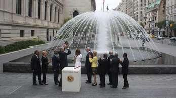 David H. Koch und seine Frau Julia (M) weihen am 09.09.2014 die David H. Koch Plaza vor dem Metropolitan Museum in New York (USA) ein.