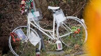Ein weißes Fahrrad soll am Ort der Tragödie in Köln an das Opfer erinnern.