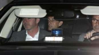 Nicolas Sarkozy verlässt in einem Auto eine Außenstelle des französischenInnenministeriums (Archivbild).