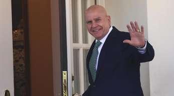 Herbert Raymond McMaster winkt vor dem West Wing des Weißen Hauses.