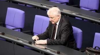 Horst Seehofer (CSU), Bundesminister für Inneres, Heimat und Bau, nimmt an der Sitzung im Deutschen Bundestag teil.