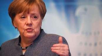 Vor dem Wahlkreisbüro von Angela Merkel inStralsund wurden Grabkerzen abgelegt.