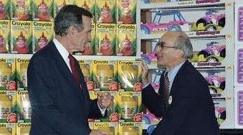 Der damalige US Präsident George H. Bush unterhält sich mit dem Toys R Us Chairman Charles Lazarus (r) beim Besuch des zweiten Ladens des Unternehmens in Japan.