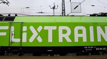 Der neue Fernzug Flixtrain steht vor seiner Premierenfahrt auf dem Bahnhof Altona. Der Flixtrain ist pünktlich zu seiner ersten Reise von Hamburg nach Köln gestartet.