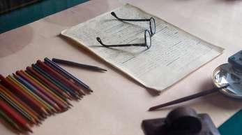 Die Brille und Schreibutensilien des russischen Schriftstellers Maxim Gorki in dessen Arbeitszimmer.