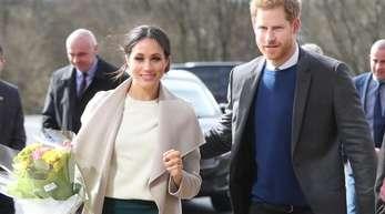 Der britische Prinz Harry (r) und seine Verlobte Meghan Markle auf dem Weg zu einer Veranstaltung der von Jugendlichen geleiteten Friedensinitiative «Amazing the Space».