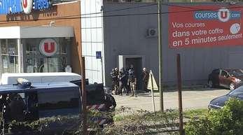 Bei einer Geiselnahme in dem südfranzösischen Supermarkt hat der Täter sich auf die Terrormiliz IslamischerStaat (IS)berufen.